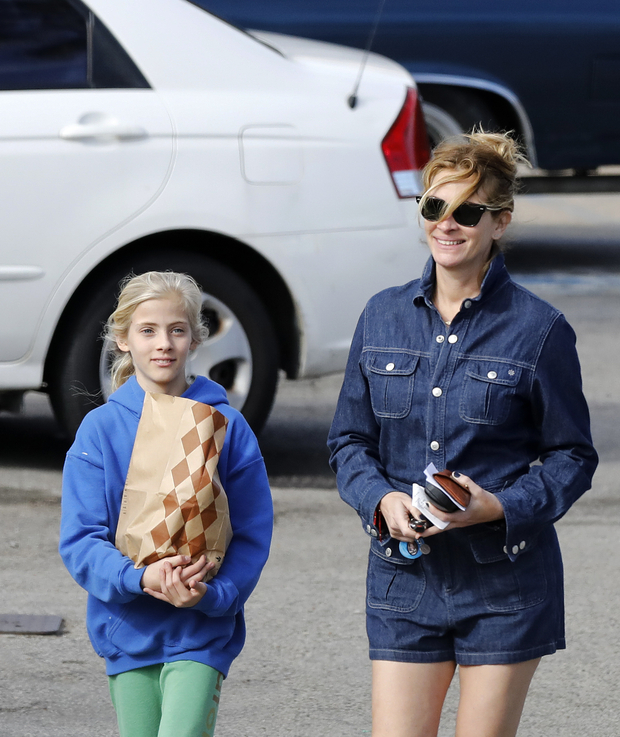 Hazel Moder and her mother, Julia Roberts