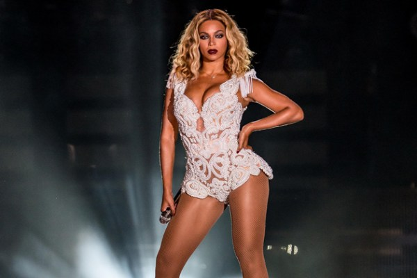 Beyonce is 5ʹ6.5ʺ/169 cm tall and she weighs 143 lbs/65 kg