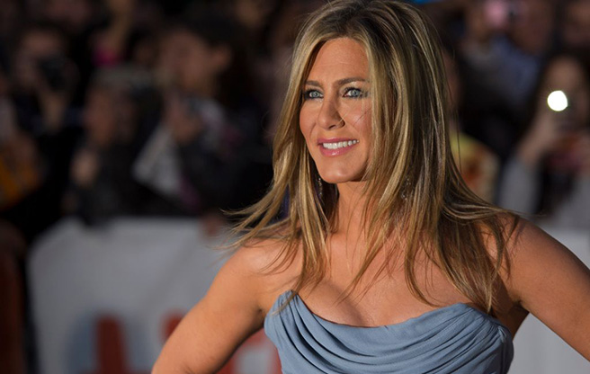 "Jennifer Aniston is 5'4.5""/164 cm tall and she weighs 117 lbs/53 kg"