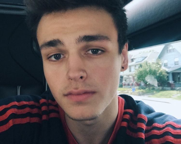 "Jonah Marais is 6'1""/185.5 cm tall and he weighs 150 lbs /68 kg"